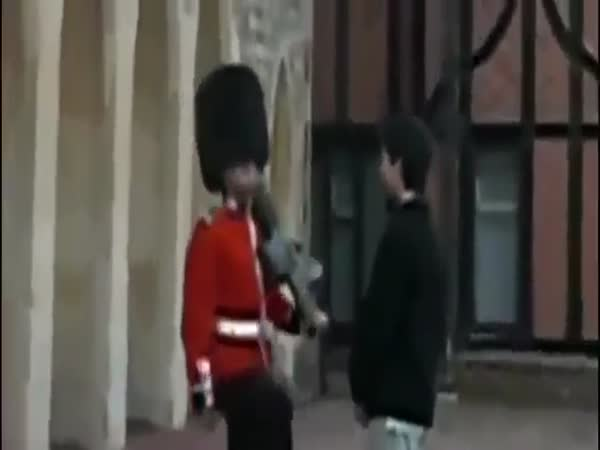Queen Guard Vs Tourists