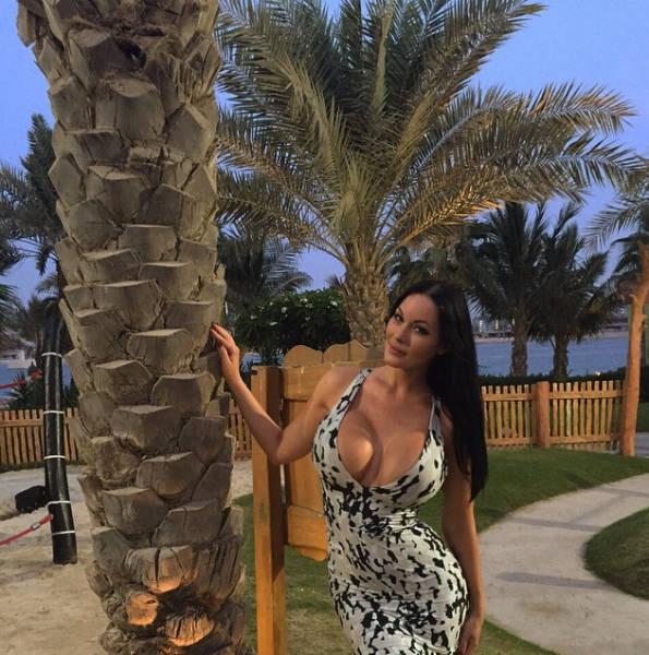 This Gorgeous Angelina Jolie Lookalike Has A Massive 32J Bra Size (30 pics)