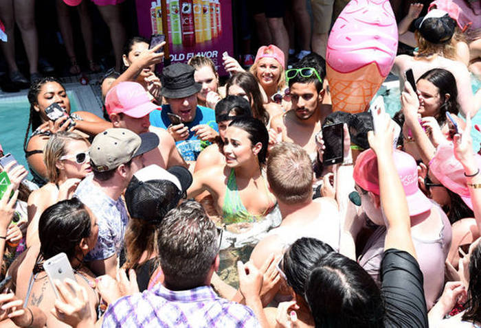 Demi Lovato Kept The Party Alive After She Fell During A Recent Perfomance (6 pics)