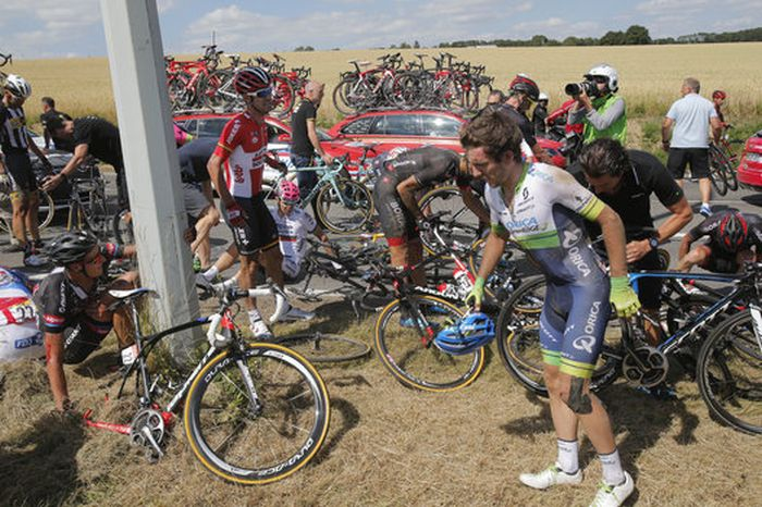 20 Riders Taken Down During Tour De France Crash (13 pics)