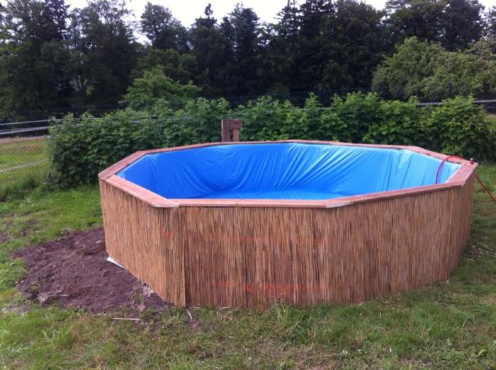 How To Build Your Own Swimming Pool Out Of Pallets (6 pics)