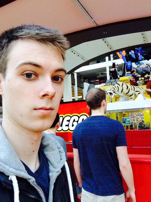 Man Spends 3 Years Taking Awkward Selfies As The Third Wheel (9 pics)