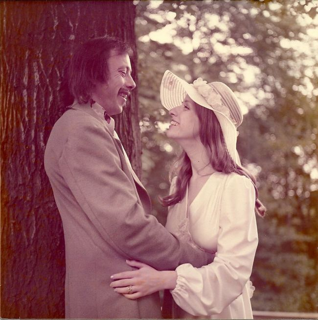 40 Years Later And Not Much Has Changed For This Couple (4 pics)