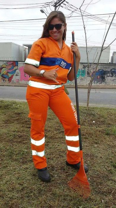 Brazilian Street Cleaner Offered Modeling Job After These Pictures Hit The Internet (14 pics)
