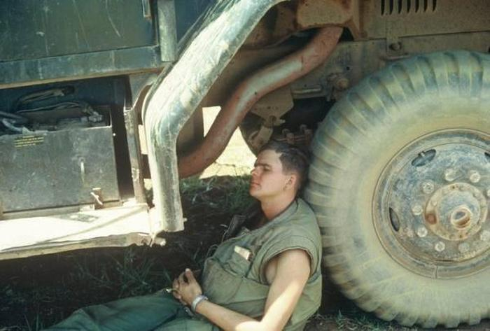 Rare Photos Of American Soldiers Relaxing In Vietnam (25 pics)