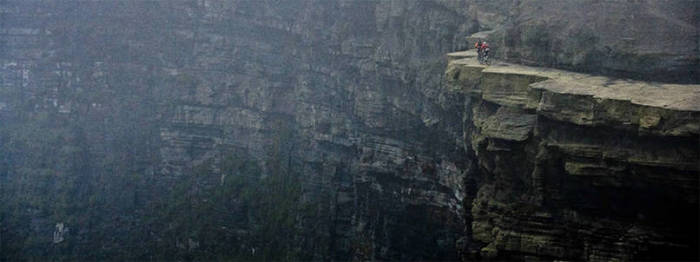 11 Popular Tourist Attractions That Might Kill You (28 pics)