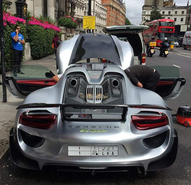 Millionaire Blocks Busy London Street To Get His Porsche Washed (8 pics)