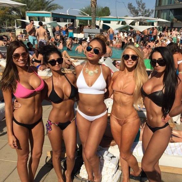 You Can Never Have Too Many Hot Girls In One Place (44 pics)
