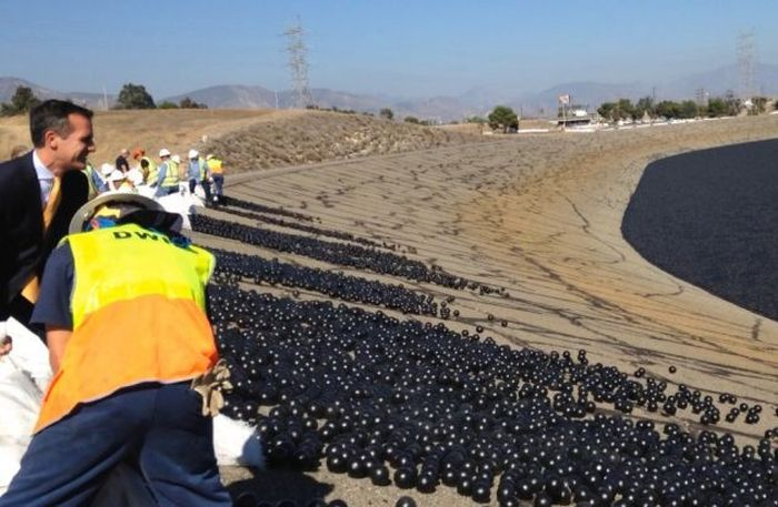 California Is Using Shade Balls To Conserve Their Water Supply (6 pics)