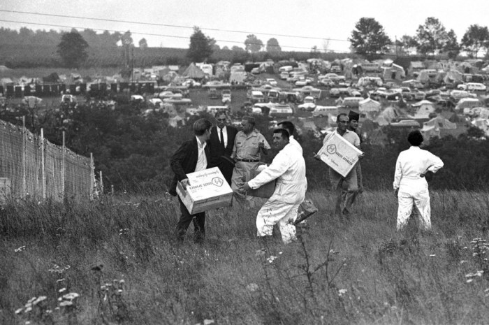 Pictures That Perfectly Capture The Insanity Of Woodstock (28 pics)
