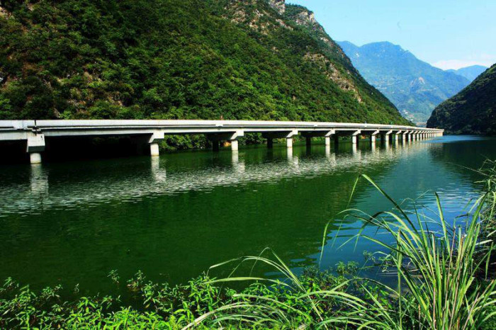 China Has A Beautiful Highway That Goes Over The Water (4 pics)