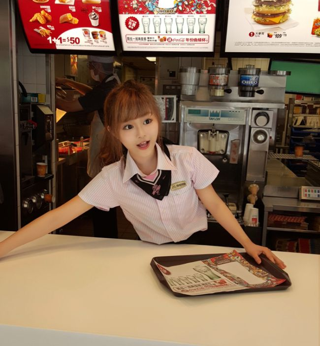 This Beautiful McDonald's Worker From Taiwan Is Becoming An Internet Sensation (12 pics +video)