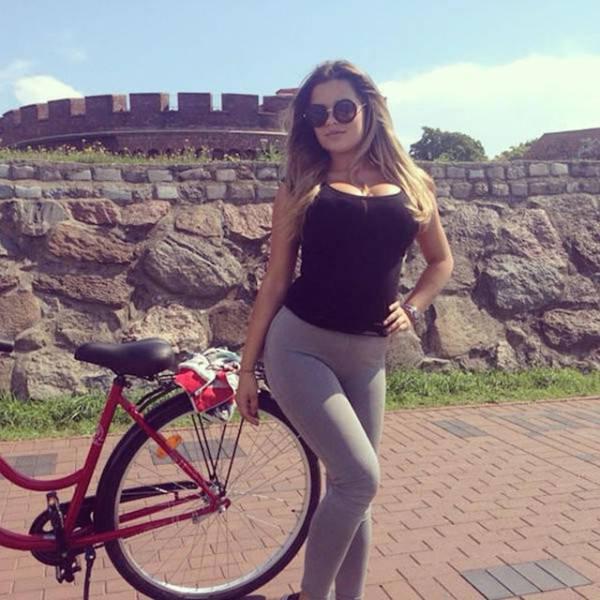 Girls And Bikes (52 pics)