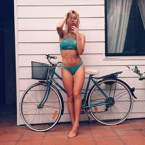 Girls And Bikes (52 pics)