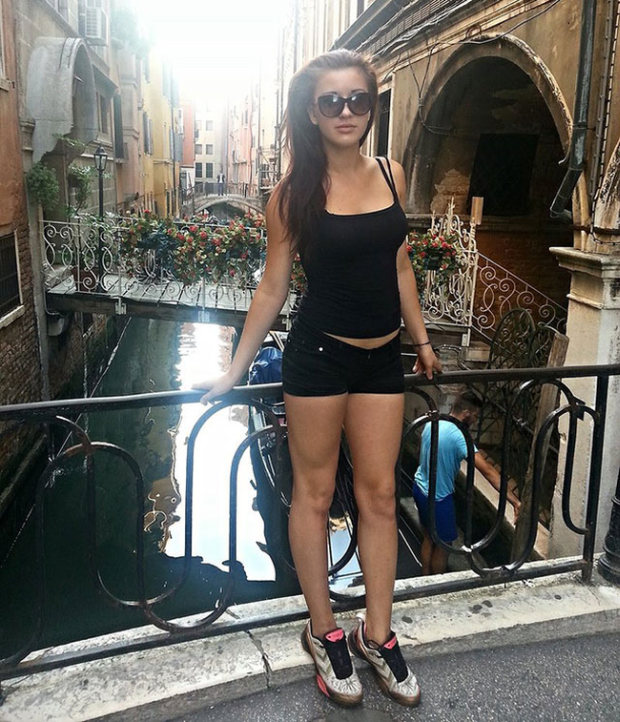 Sexy Girls With Long Legs That Go On For Days (24 pics)