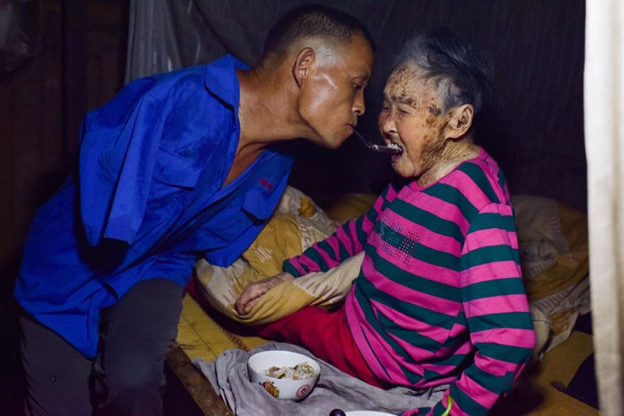 See How This Man With No Arms Feeds His Paralyzed Mother (10 pics)
