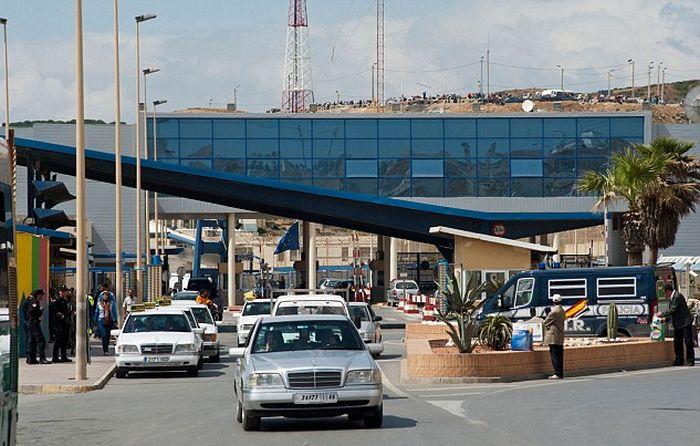 Desperate Migrants Crossing The Border (3 pics)