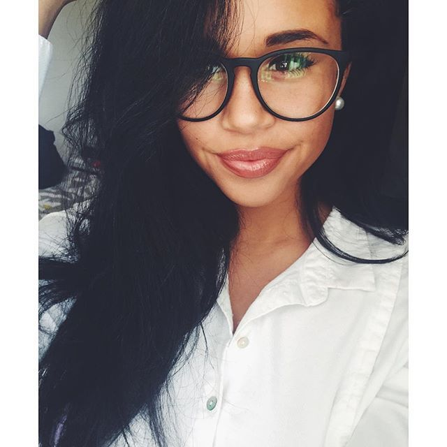 Hot Girls Wearing Glasses (30 pics)