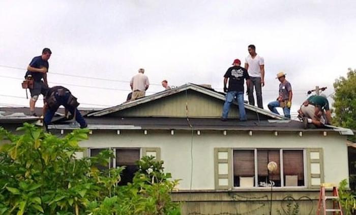 Touching Moment Dozens Of Strangers Came Together To Fix 75-Year-Old Man's Rooftop (10 pics)