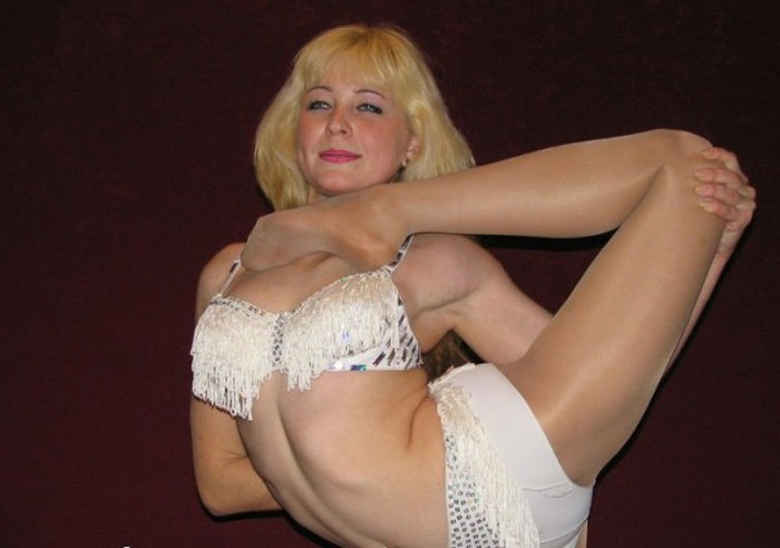 Flexible Blonde (25 pics)