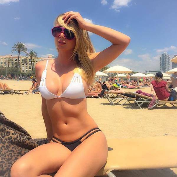 Hot Girls In Bikinis (55 pics)