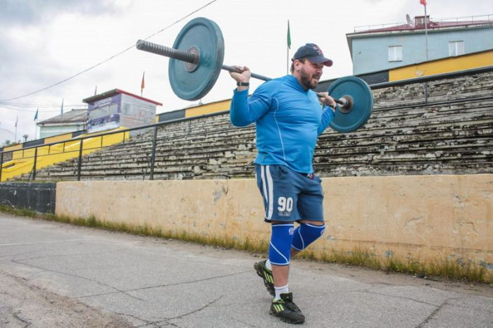 Man Conquers Mount Elbrus While Carrying A 75 Pound Barbell (4 pics)