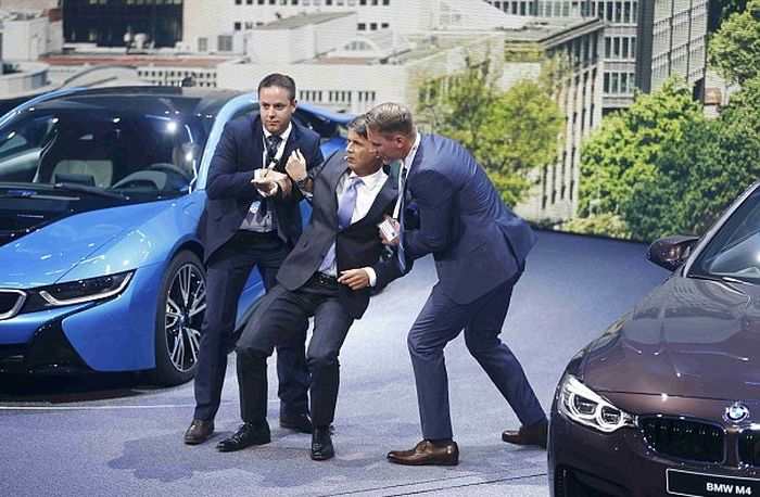 Harald Krueger The CEO Of BMW Collapsed On Stage In Frankfurt (4 pics)