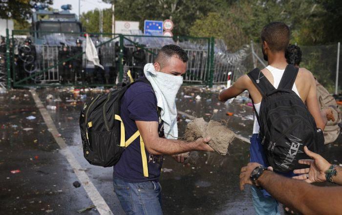 Hungarian Police Uses Tear Gas and Water Cannons At Migrants (15 pics + video)