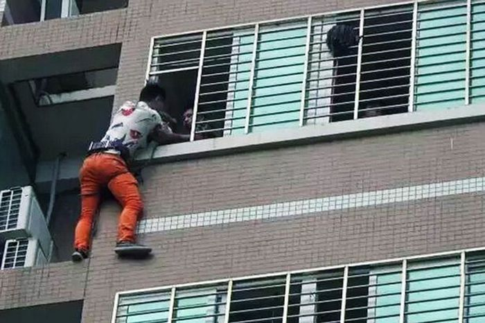 Man Stands On Ledge For 7 Hours When His Lover's Husband Comes Home Early (3 pics)