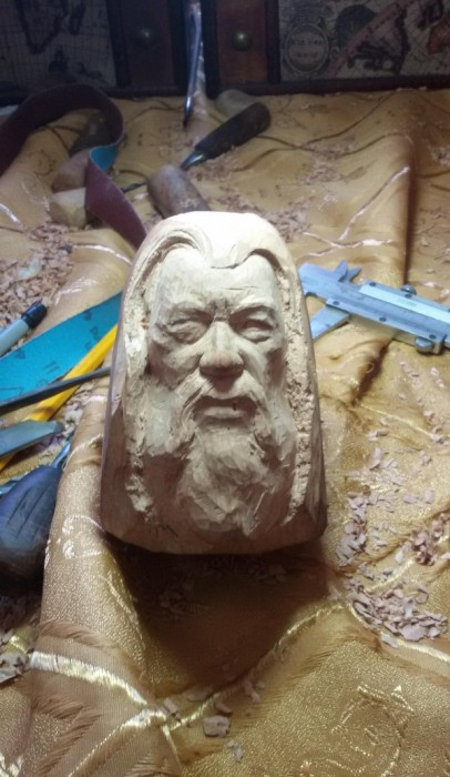 Sculptor Creates Smoking Pipe With Gandalf's Face On It (7 pics)