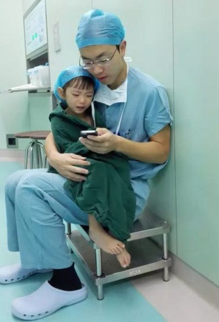 How This Doctor Stops His Young Patients From Crying (3 pics)