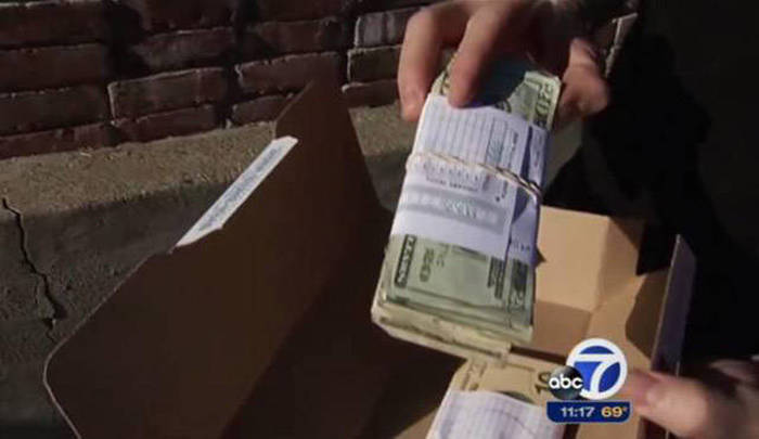 Domino's Driver Accidentally Delivers A Stack Of Cash To A Customer's Door (5 pics)