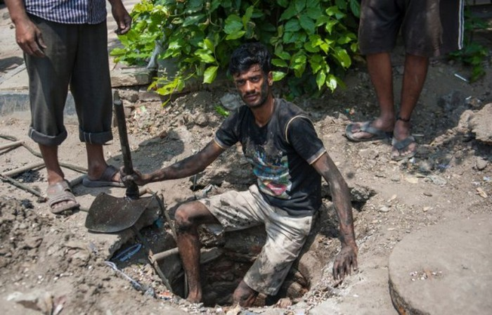 Sewer Divers In Delhi Have A Gross Job That Pays Very Little (11 pics)