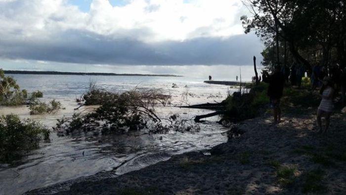 Giant Sinkhole Near Rainbow Beach Swallows Up The Shoreline (7 pics + video)
