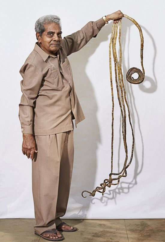This Indian Man Has Been Growing His Fingernails Since 1952 (3 pics)