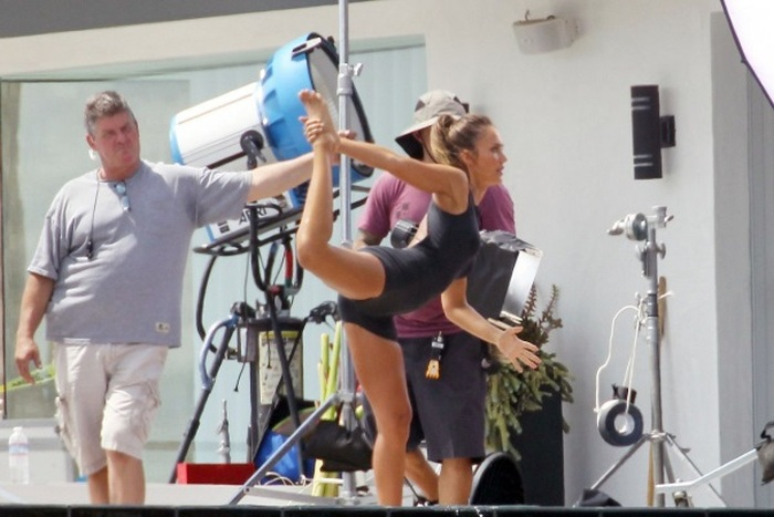 Jessica Alba Shows Off Her Sexy Body While Stretching (8 pics)