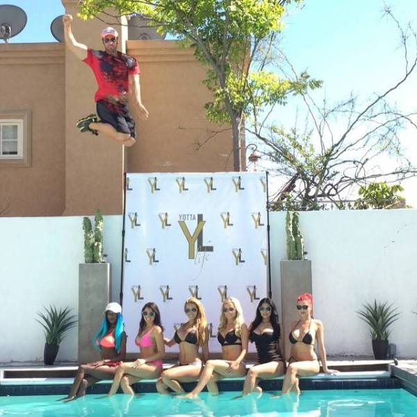 Neighbors Are Not Enjoying This New Party House In Hollywood (64 pics)