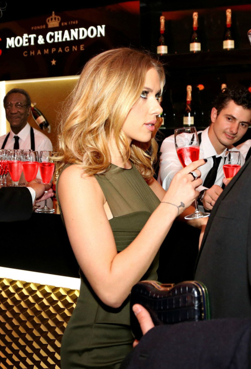 Waiters Caught Staring At Scarlett Johansson Is The Internet's Newest Sensation (11 pics)