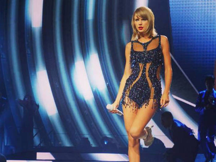 Taylor Swift Donates $50,000 To Help A Kid With Cancer (5 pics)