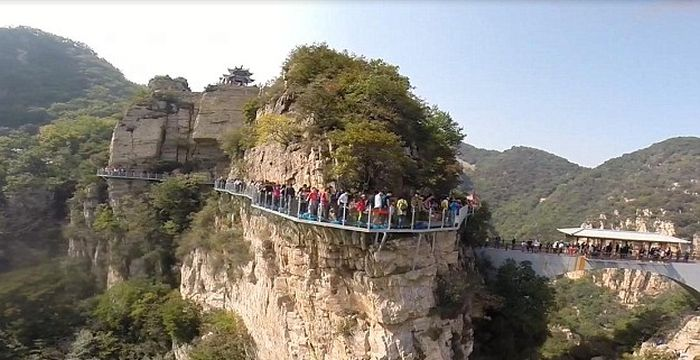 Glass Walkway In China Terrifies Tourists As It Cracks Beneath Their Feet (4 pics)