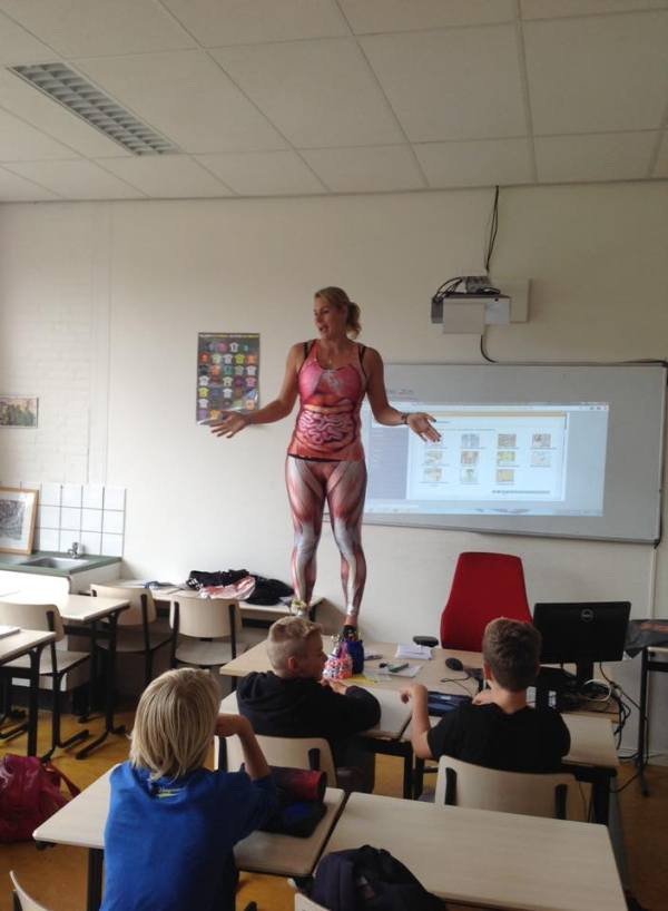 Teacher Sheds Her Skin And Shows Off Her Body In The Classroom (3 pics)