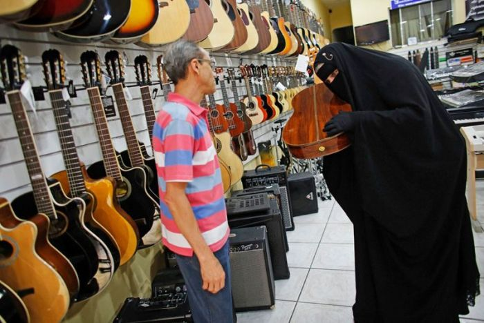 This Burqa Wearing Guitarist Really Knows How To Shred (11 pics + video)