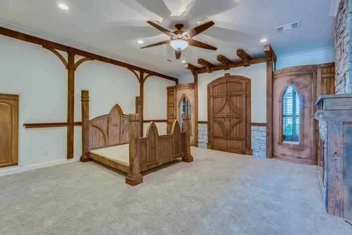 This Texas House Has A Secret Room With A Star Trek Shine (13 pics)