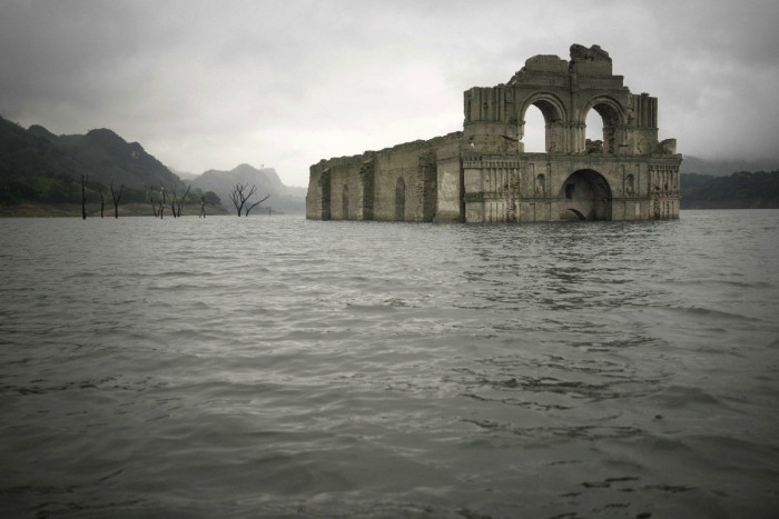 Colonial Era Church Rises From The Water In Mexico (4 pics + video)