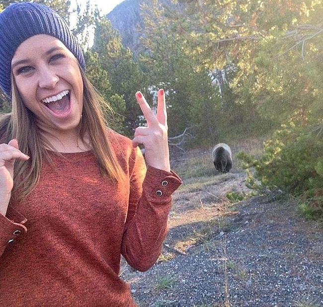 People Taking Selfies With Bears (9 pics)
