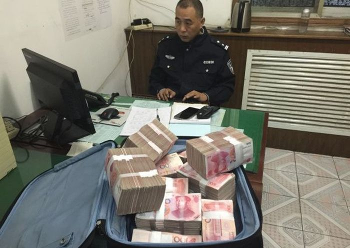 Taxi Passenger Leaves One Million In Cash In The Truck (9 pics)