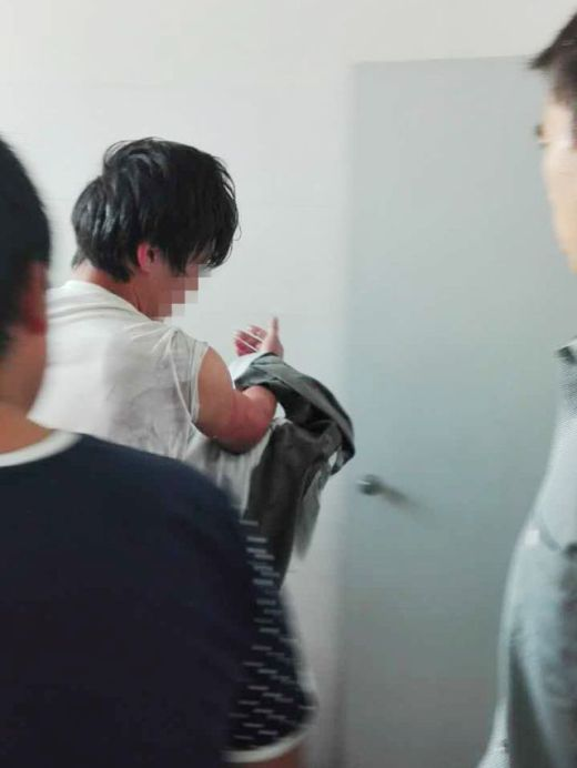 Man Gets His Hand Stuck In The Toilet (4 pics)