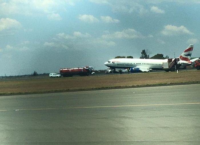 Landing Gear Breaks Off Of Plane In Johnnesburg (4 pics)