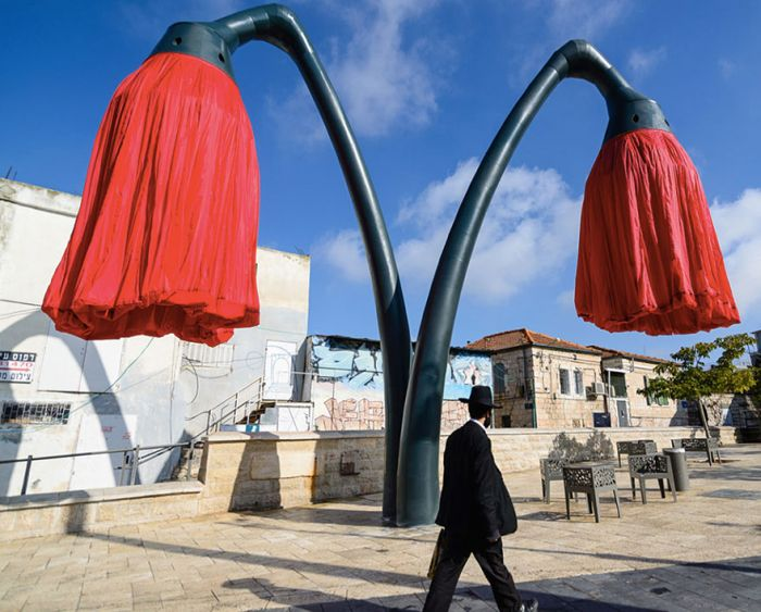 Self Inflating Giant Flowers Installed In The Streets Of Jerusalem (7 pics)