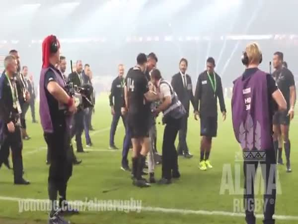 Sonny Bill Williams Gives Boy His Rugby World Cup Medal